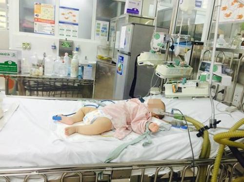 Bé trai 6 tháng tuổi hôn mê vì uống thuốc cam