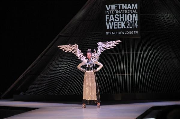 Công Trí mở màn Vietnam International Fashion Week với BST ấn tượng