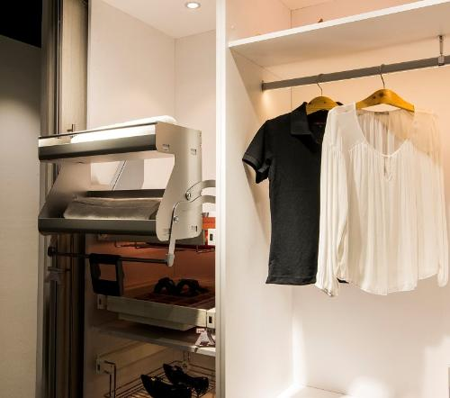 Mẹo trang trí tủ quần áo đẹp như ngoài hiệu
